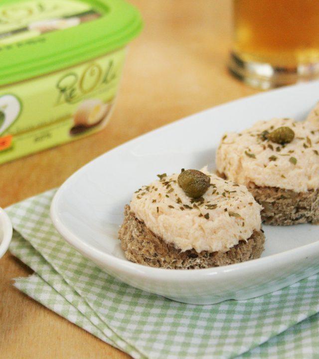 immagine della ricetta Crostini con mousse di salmone realizzata con Reolì Extravergine